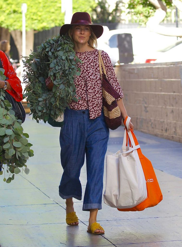 Ali Larter Grabs a Large Christmas Wreath at the Santa Monica Farmers Market-3