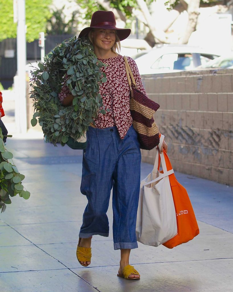 Ali Larter Grabs a Large Christmas Wreath at the Santa Monica Farmers Market-4