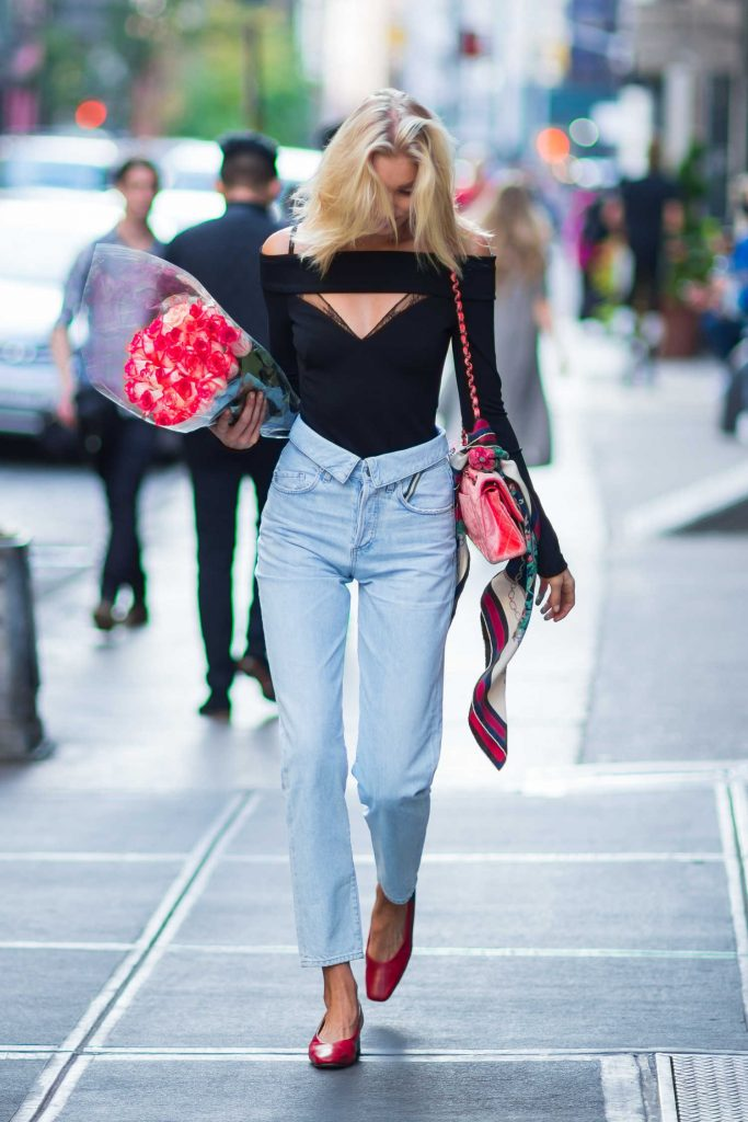 Elsa Hosk Was Seen With a Bouquet of Roses in New York City-4
