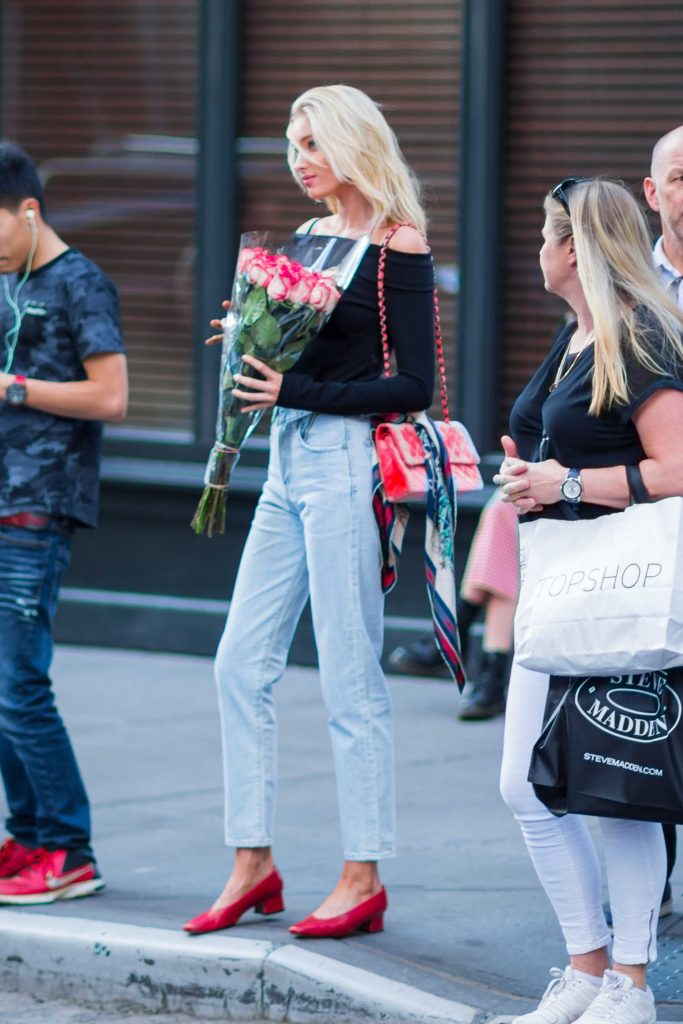 Elsa Hosk Was Seen With a Bouquet of Roses in New York City-5
