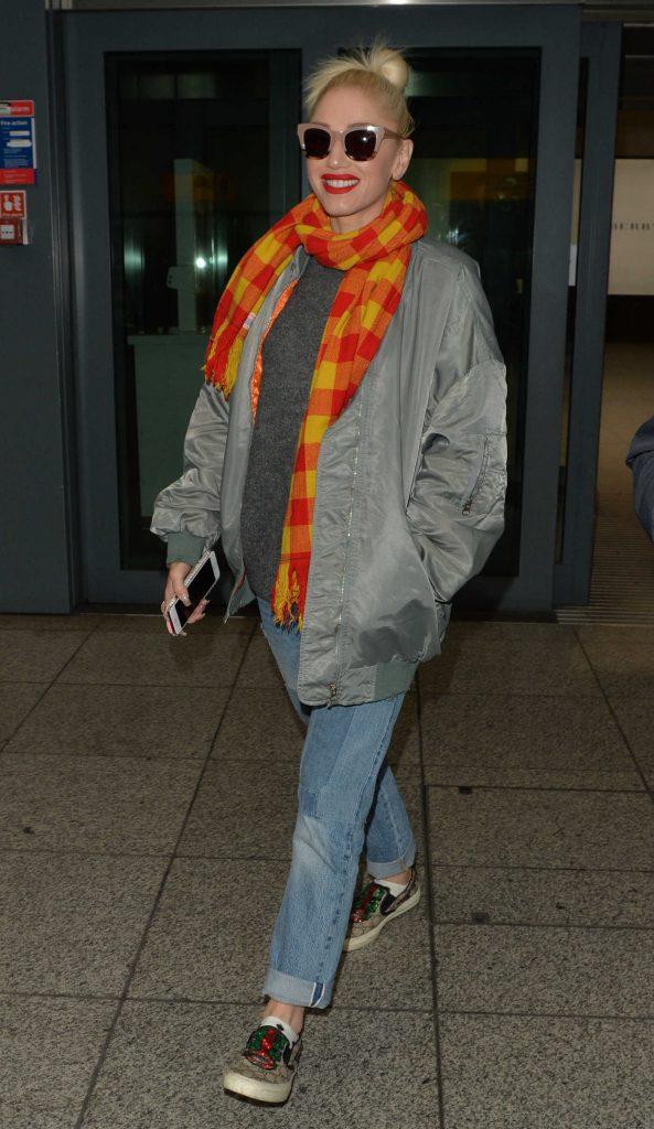 Gwen Stefani Arrives at Heathrow Airport in London-3