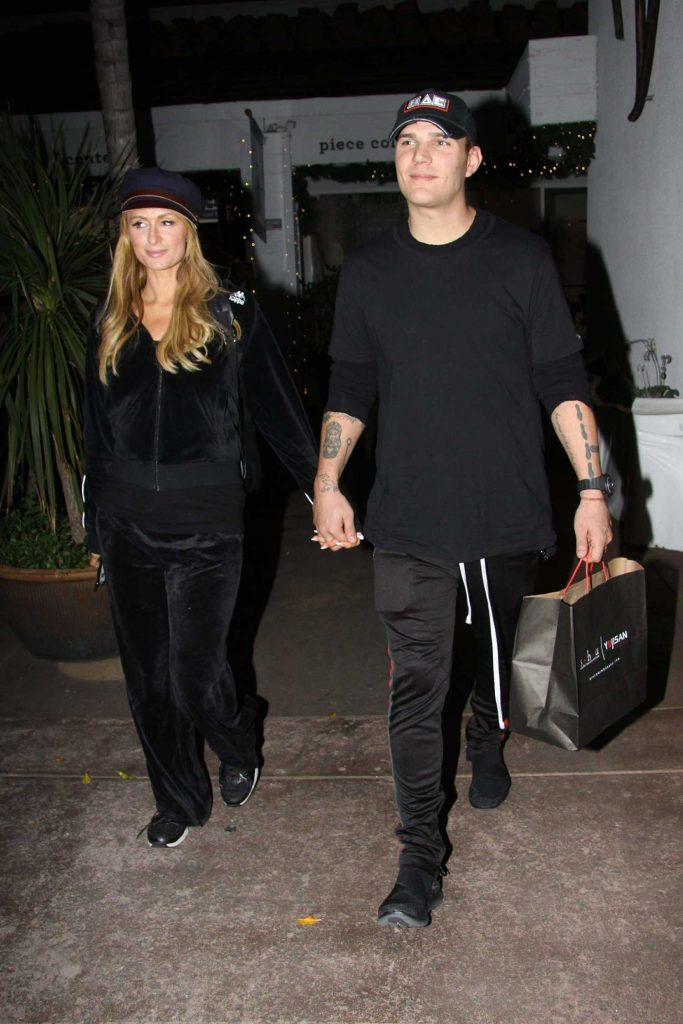 Paris Hilton Goes Late Night Shopping With Boyfriend at the Beverly Glen Circle-2
