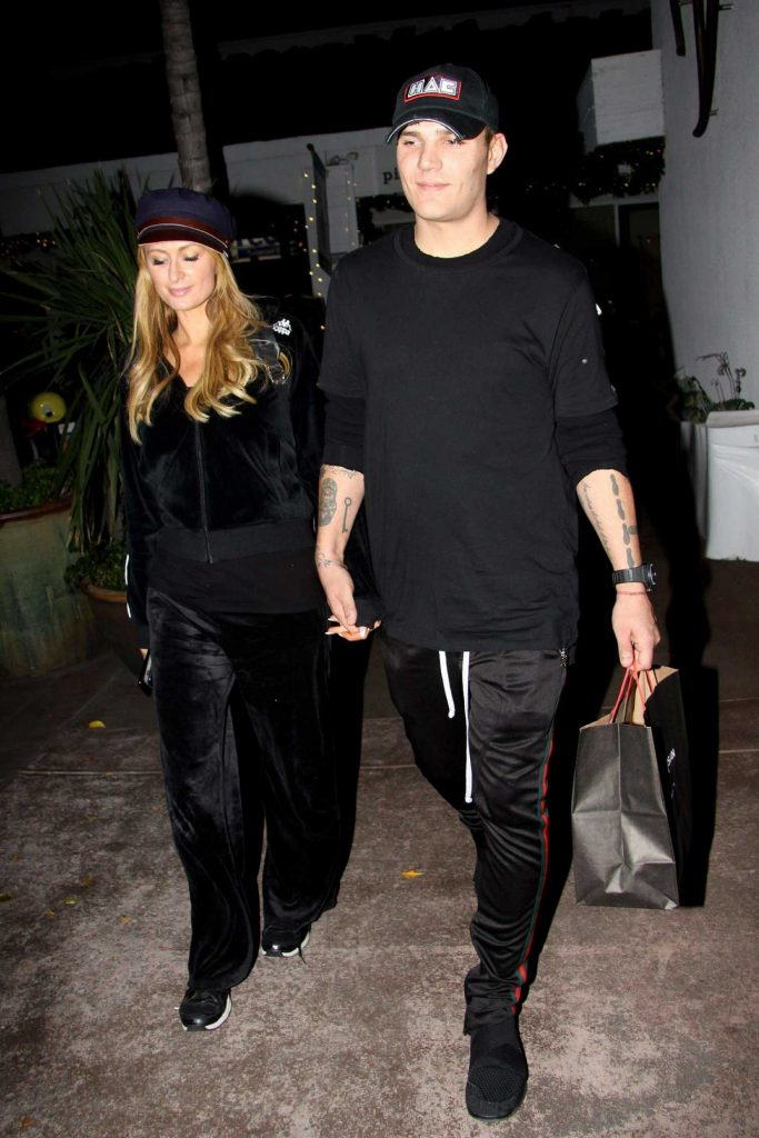 Paris Hilton Goes Late Night Shopping With Boyfriend at the Beverly Glen Circle-3