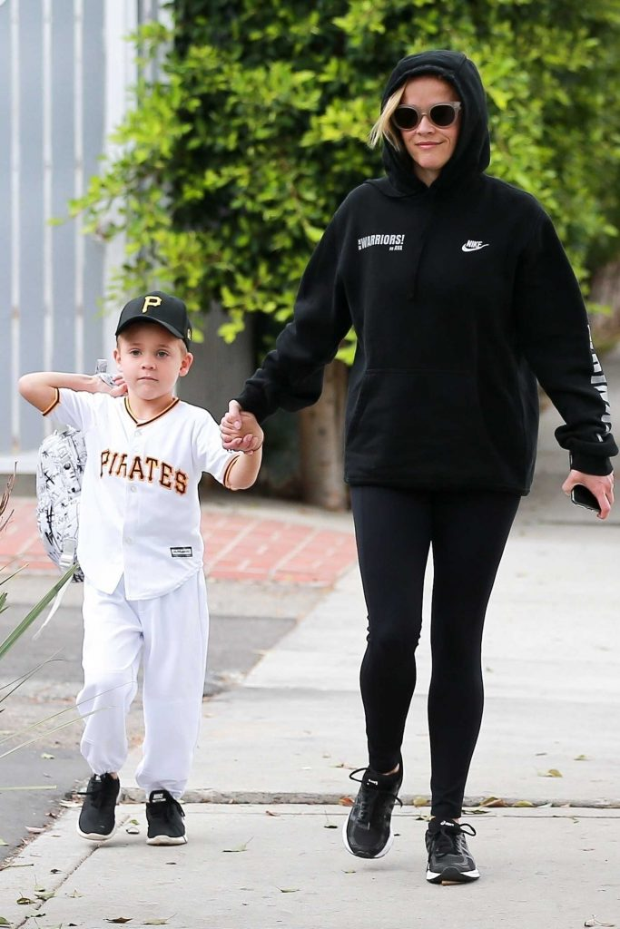 Reese Witherspoon Takes Her Son to School in Los Angeles-2