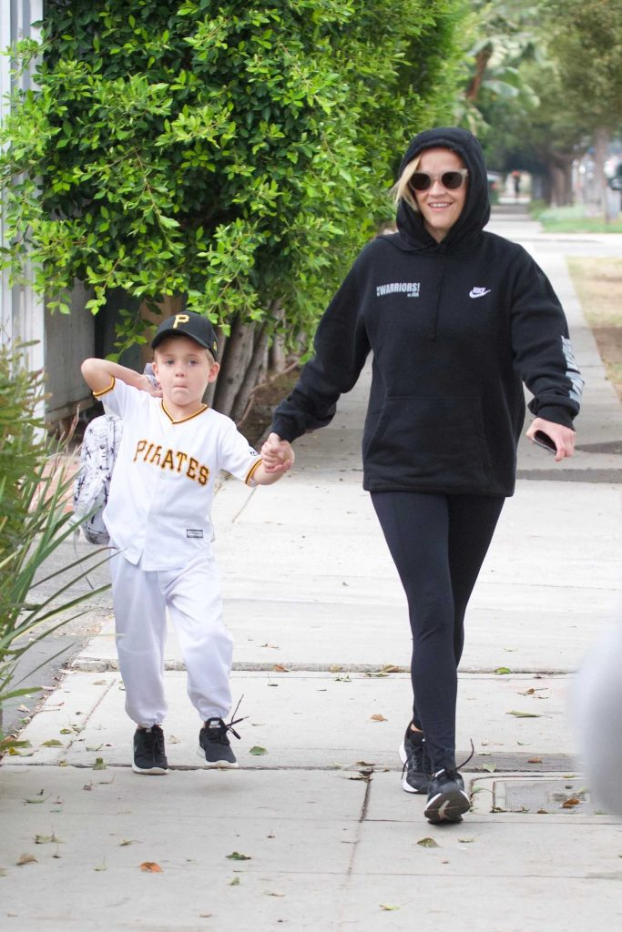 Reese Witherspoon Takes Her Son to School in Los Angeles-4