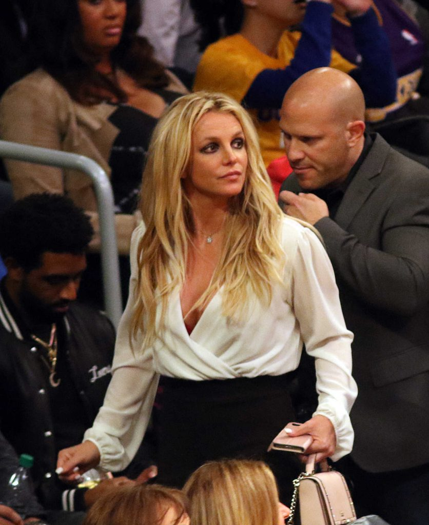 Britney Spears Attends Lakers vs the Golden State Warriors With Her Boyfriend Sam Asghari in Los Angeles-2