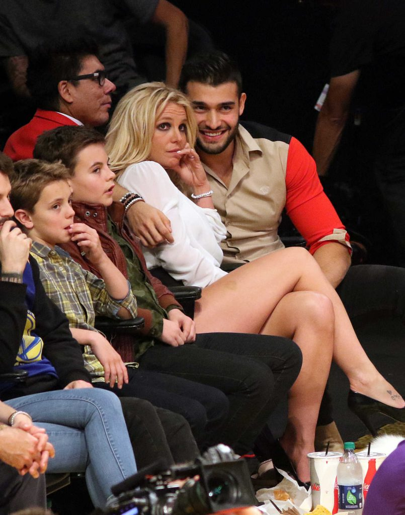 Britney Spears Attends Lakers vs the Golden State Warriors With Her Boyfriend Sam Asghari in Los Angeles-3