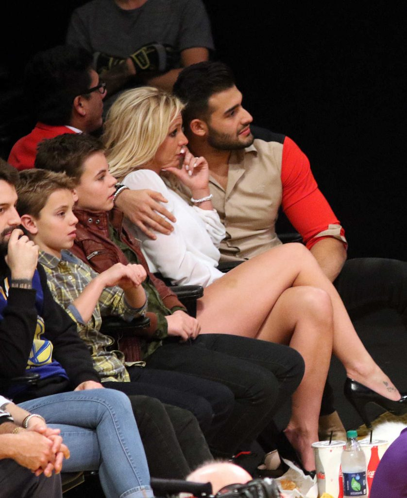 Britney Spears Attends Lakers vs the Golden State Warriors With Her Boyfriend Sam Asghari in Los Angeles-4
