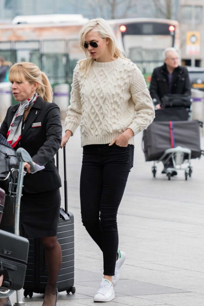 Karlie Kloss Was Spotted at Heathrow Airport in London-5