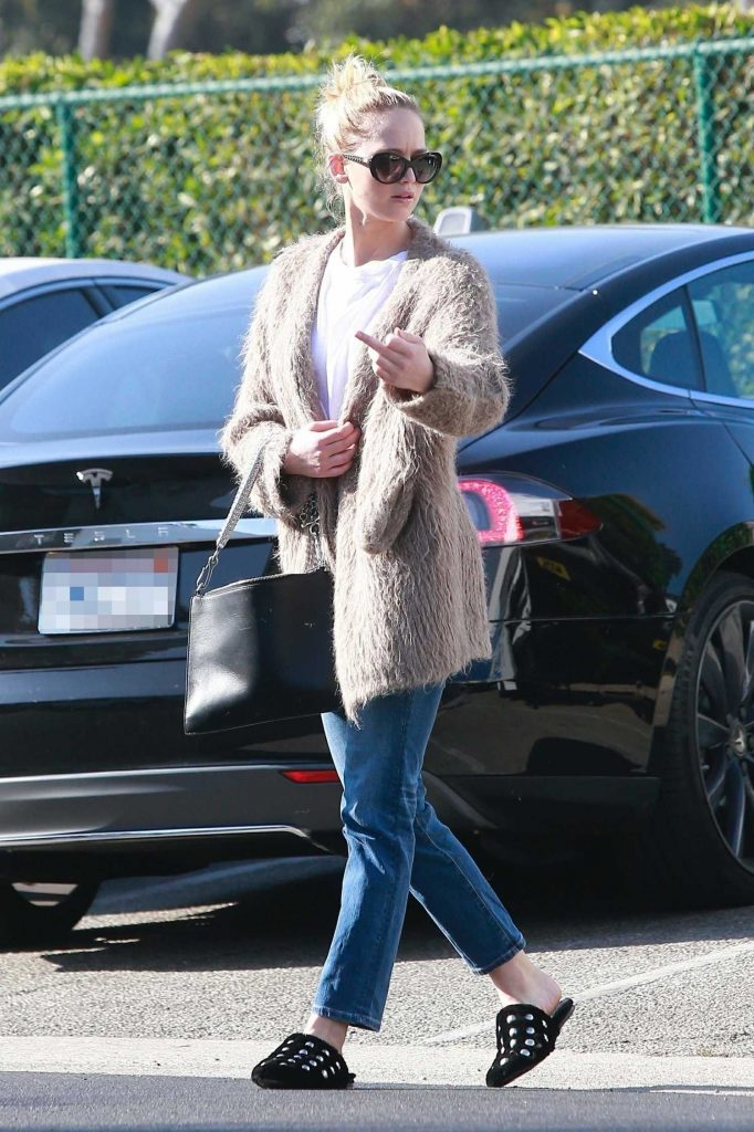 Jennifer Lawrence Visits a Few Retail Shops in the Beverly Hills-1