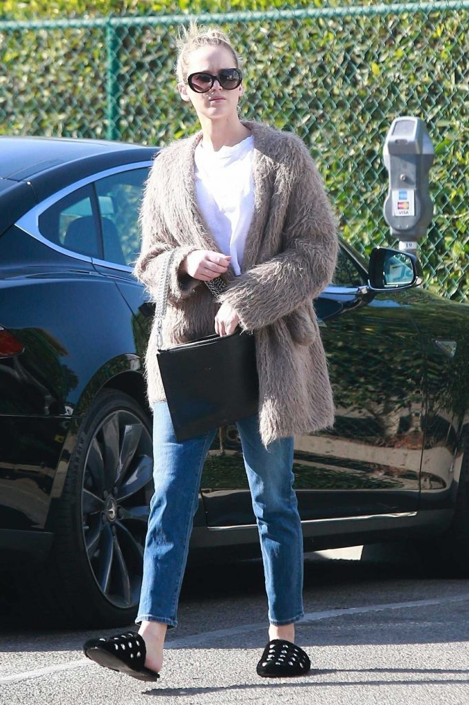 Jennifer Lawrence Visits a Few Retail Shops in the Beverly Hills-2