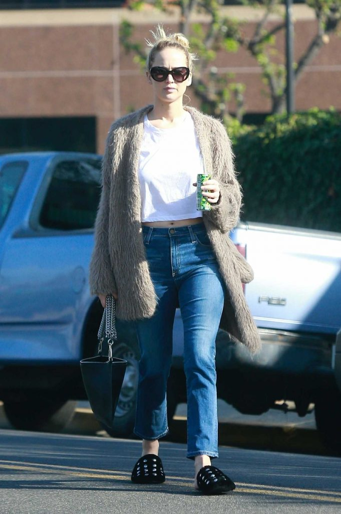 Jennifer Lawrence Visits a Few Retail Shops in the Beverly Hills-3