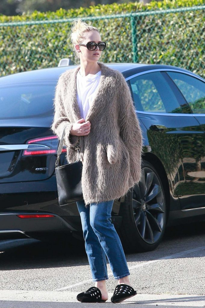 Jennifer Lawrence Visits a Few Retail Shops in the Beverly Hills-4