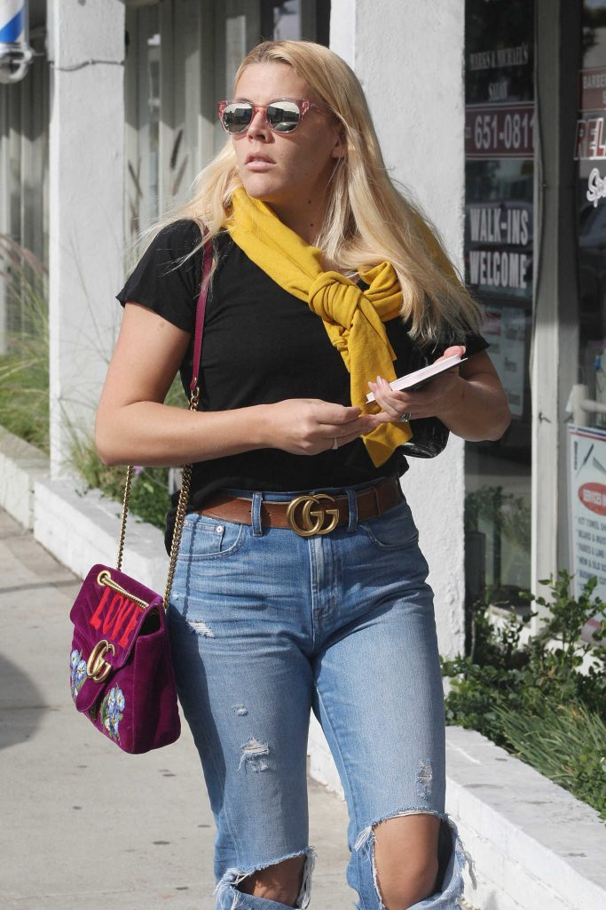 Busy Philipps Stocks up on Groceries at Gelson's Market in West Hollywood-3
