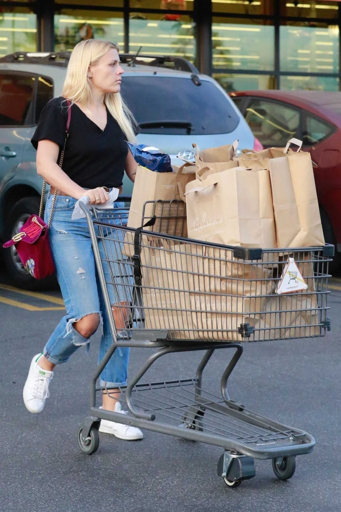 Busy Philipps Stocks up on Groceries at Gelson's Market in West Hollywood-4