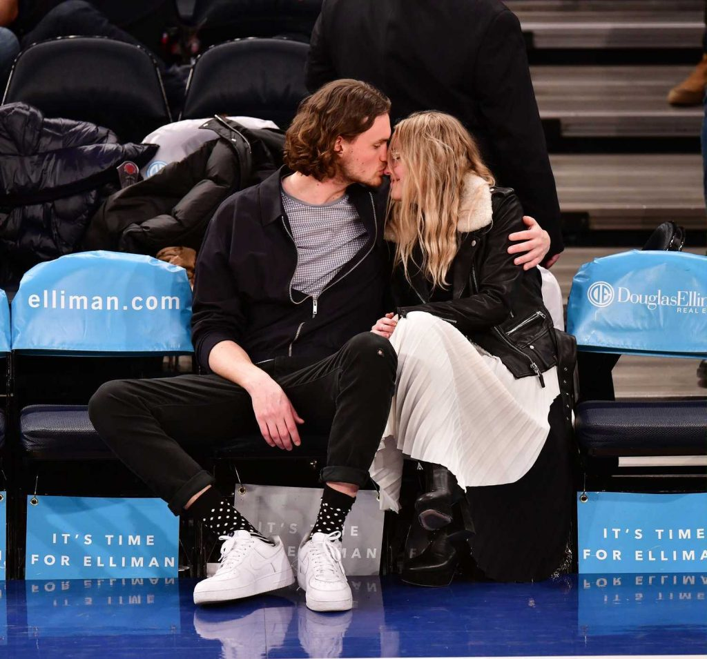 Dakota Fanning at the New York Knicks vs Milwaukee Bucks Game with Henry Frye in NYC-3