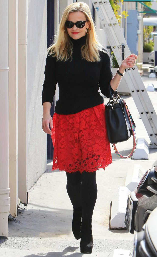 Reese Witherspoon Goes Shopping Out in Los Angeles-1
