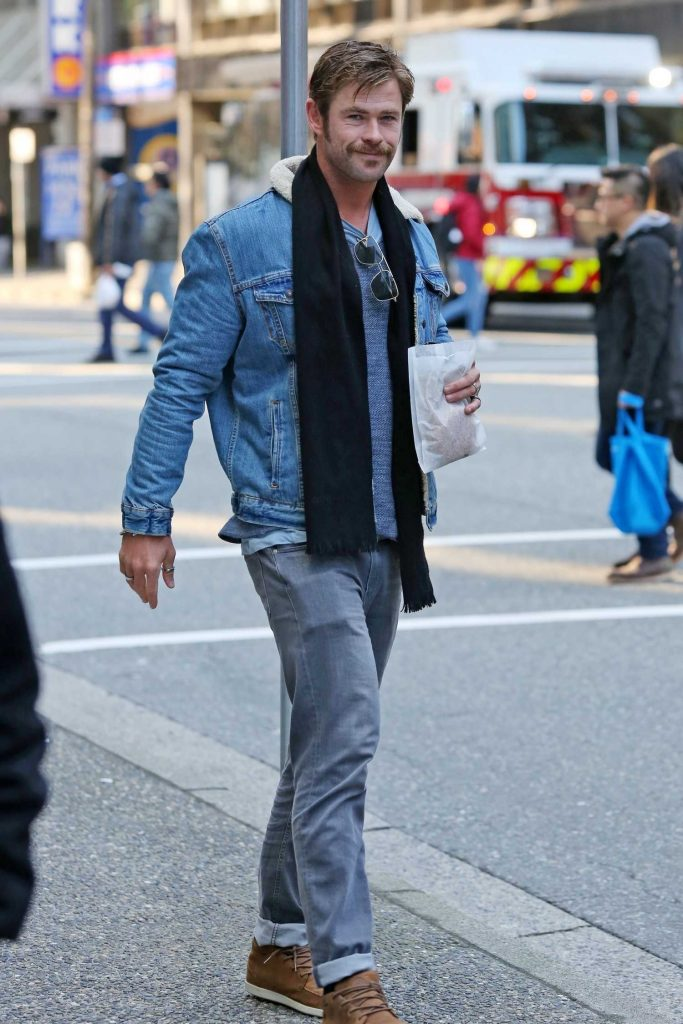 Chris Hemsworth Was Spotted Out in Vancouver-3