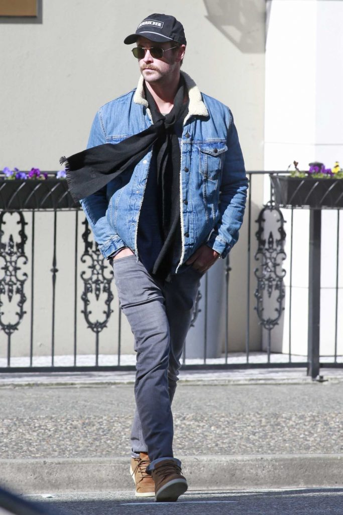 Chris Hemsworth Was Spotted Out in Vancouver-4