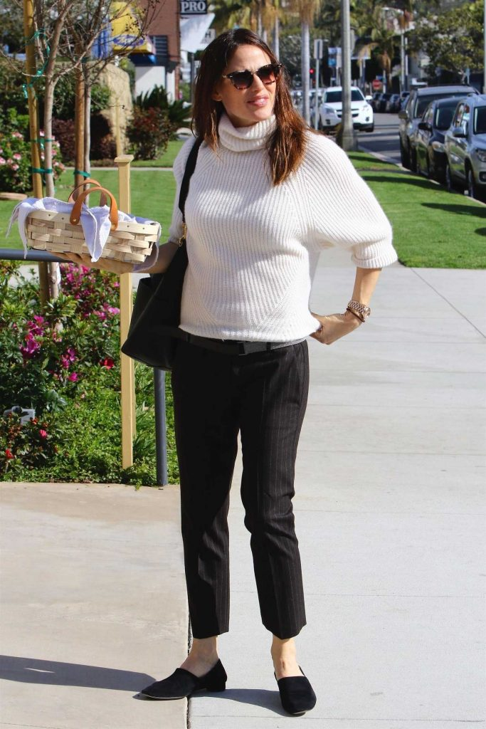 Jennifer Garner Heads to Church in Pacific Palisades-1