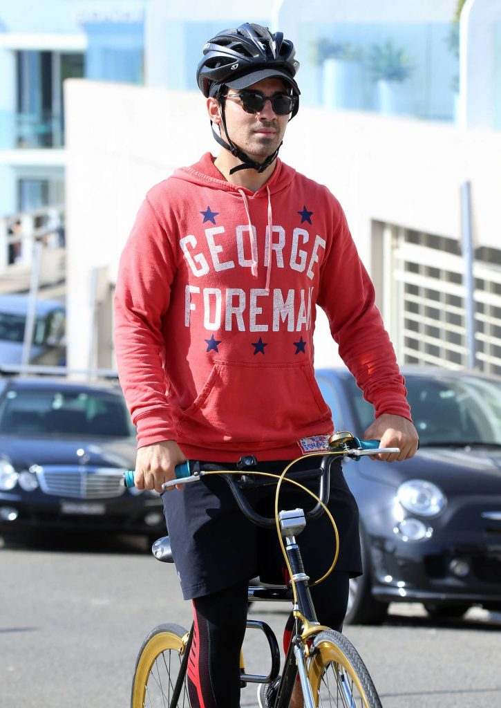 Joe Jonas Rides a Bicycle at Bondi Beach in Sydney-5