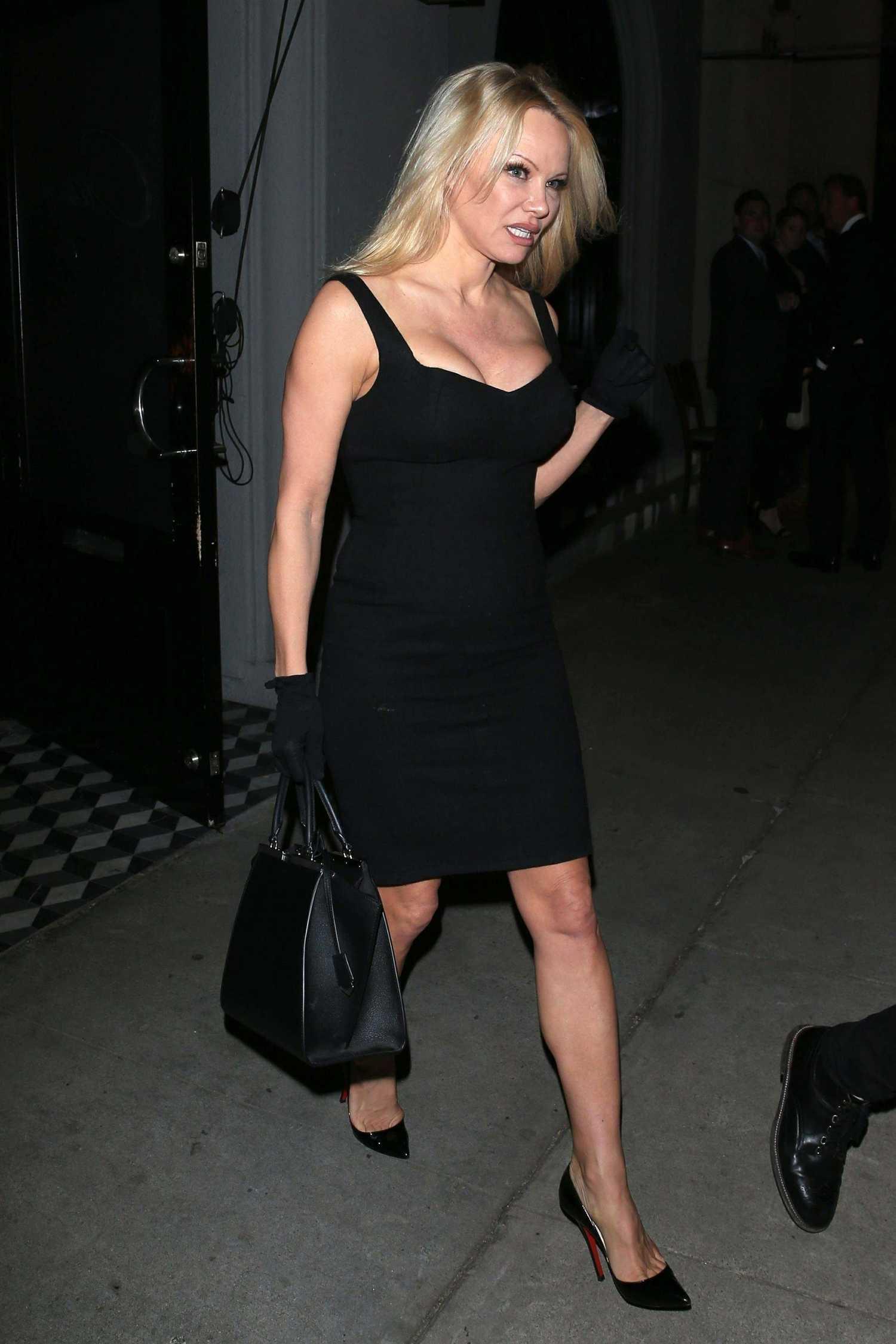 Pamela Anderson Leaves Craig S Restaurant In West