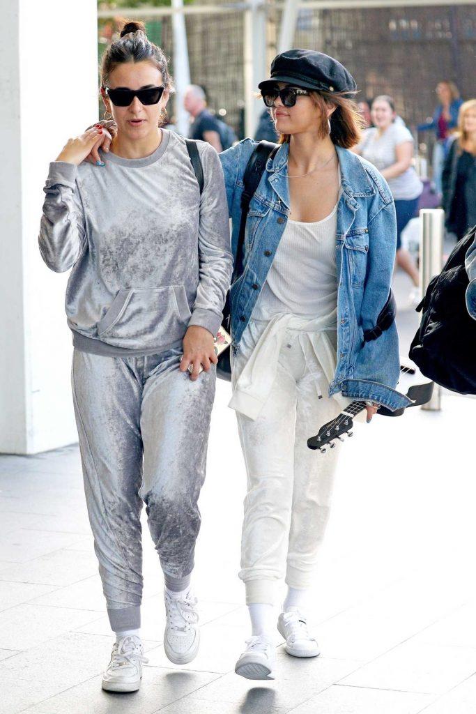 Selena Gomez Arrives at Sydney Airport-4