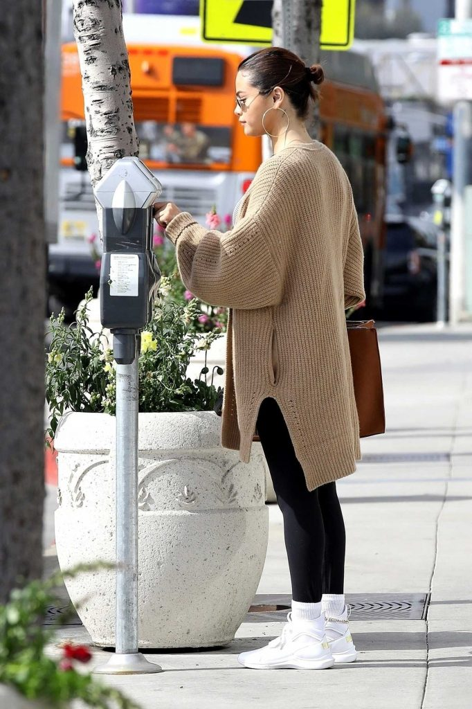 Selena Gomez Grabs a Late Breakfast in Hollywood-5
