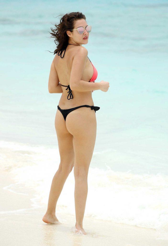 Chloe Goodman Wears a Pink and Black Bikini on the Beach in Dubai-4