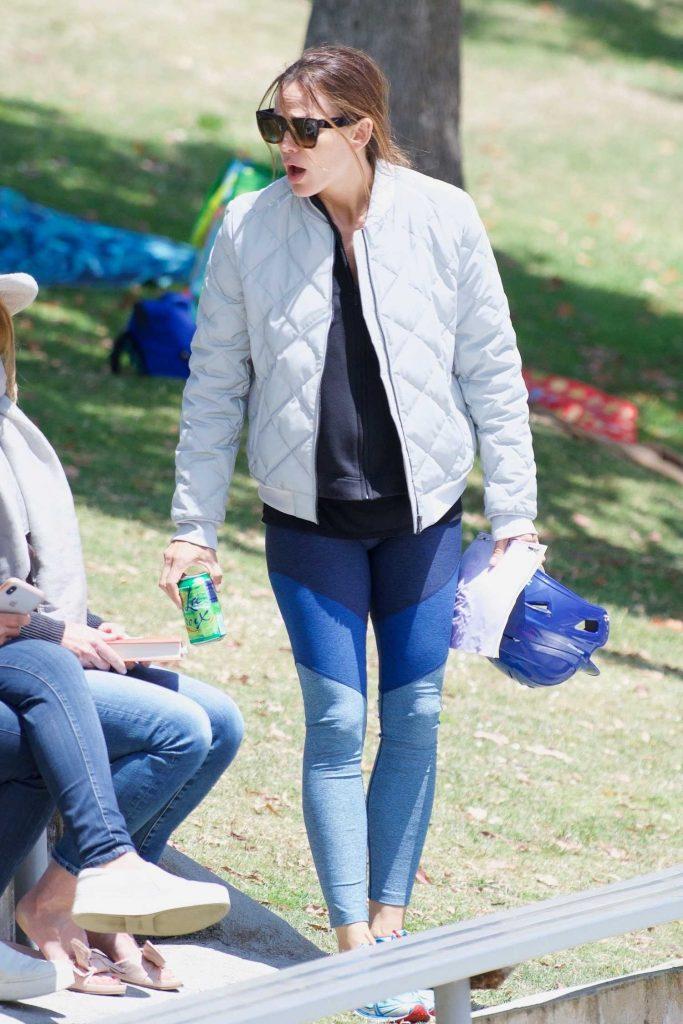 Jennifer Garner Wears a Tracksuit Out in Brentwood-1