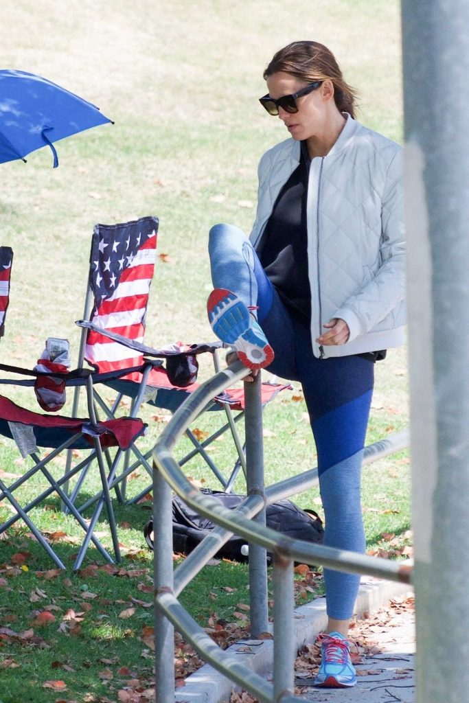 Jennifer Garner Wears a Tracksuit Out in Brentwood-3