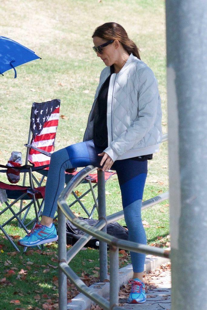 Jennifer Garner Wears a Tracksuit Out in Brentwood-4