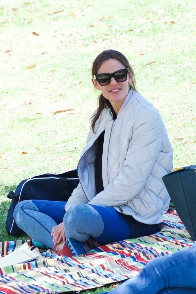 Jennifer Garner Wears a Tracksuit Out in Brentwood-5