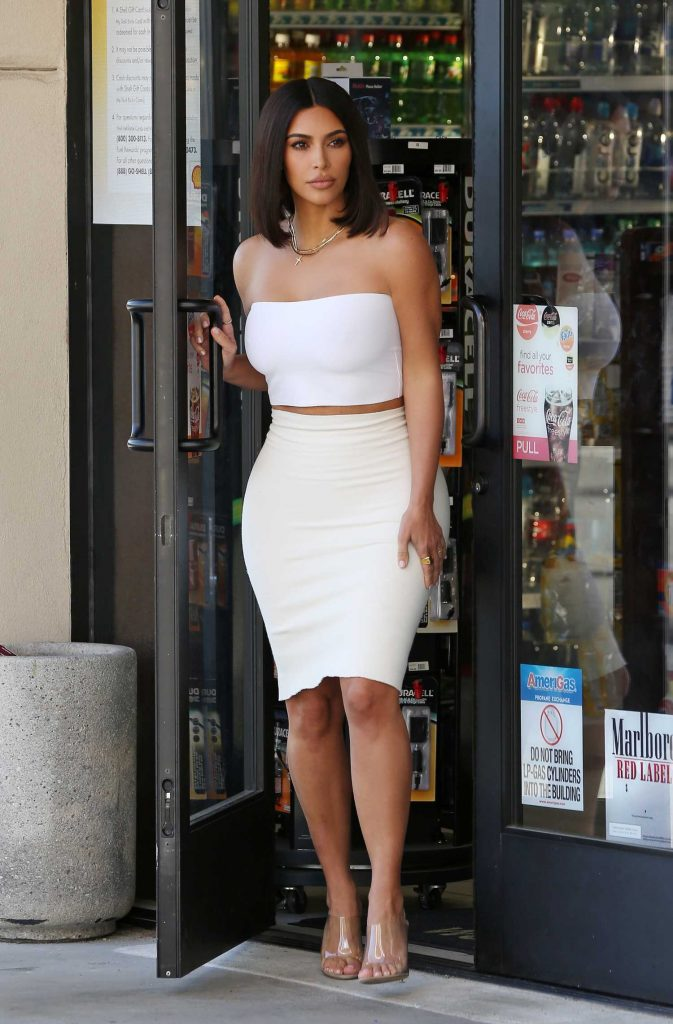 Kim Kardashian Shows off Her New Short Bob Haircut Out in Los Angeles-1