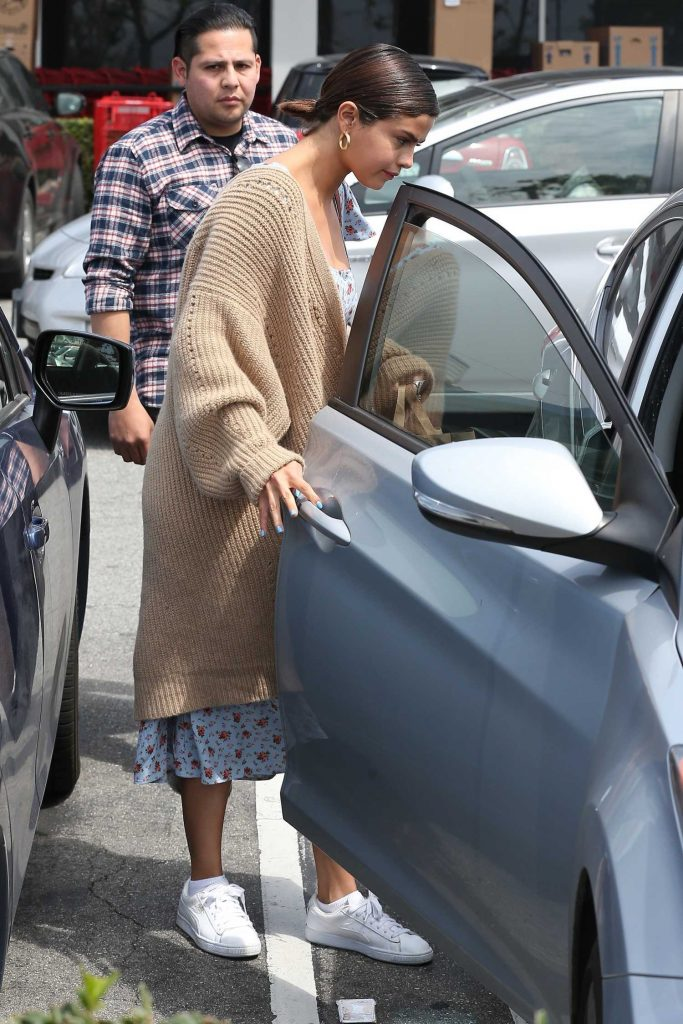 Selena Gomez Goes Shopping in Los Angeles-5
