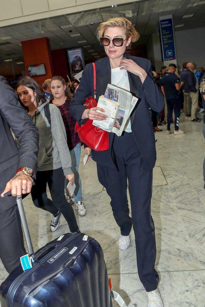 Elizabeth Debicki Arrives at Nice Cote d'Azur Airport in Nice-1