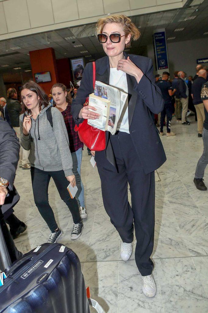 Elizabeth Debicki Arrives at Nice Cote d'Azur Airport in Nice-2