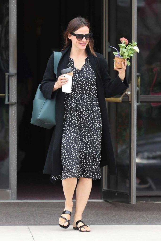 Jennifer Garner Stepped Out in Pacific Palisades-1