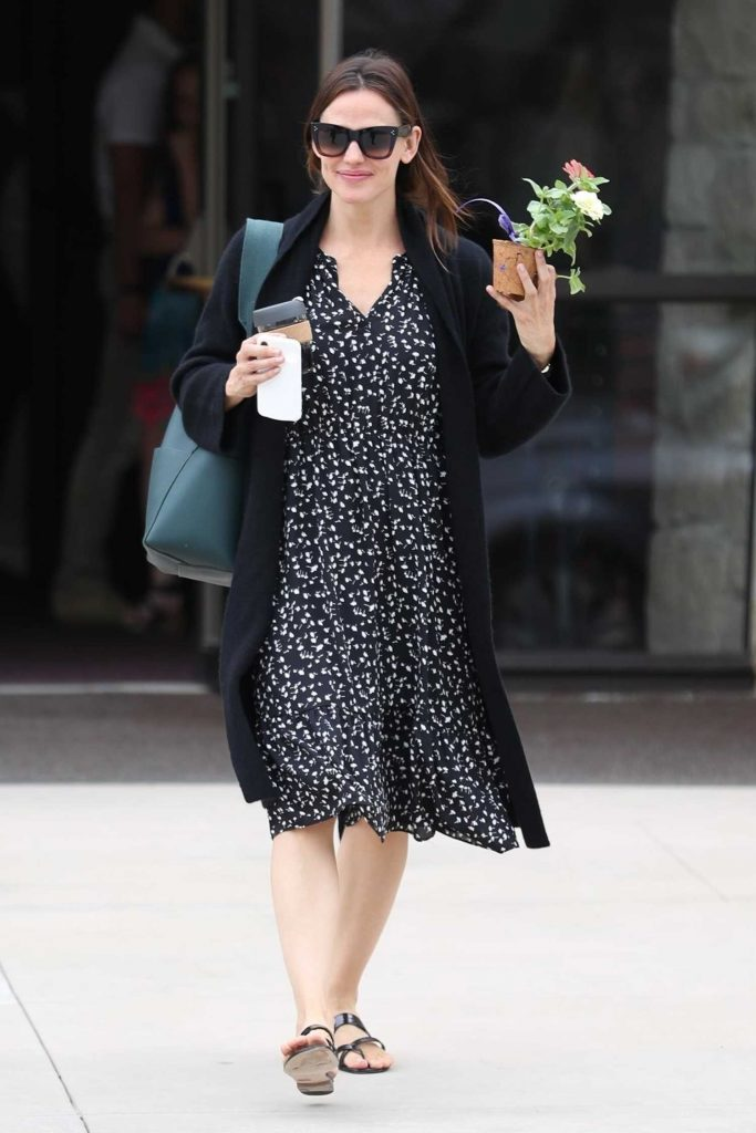 Jennifer Garner Stepped Out in Pacific Palisades-2