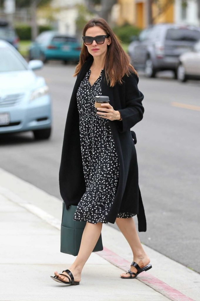 Jennifer Garner Stepped Out in Pacific Palisades-3