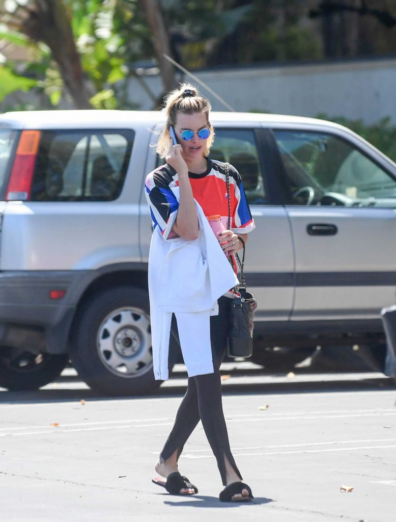 Margot Robbie Leaves a Medical Building in Marina del Ray-4
