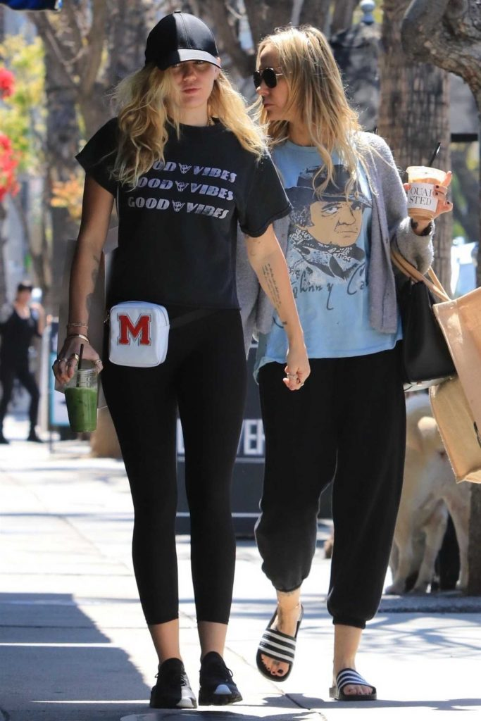 Miley Cyrus Goes Shopping With Her Mom in Studio City-2