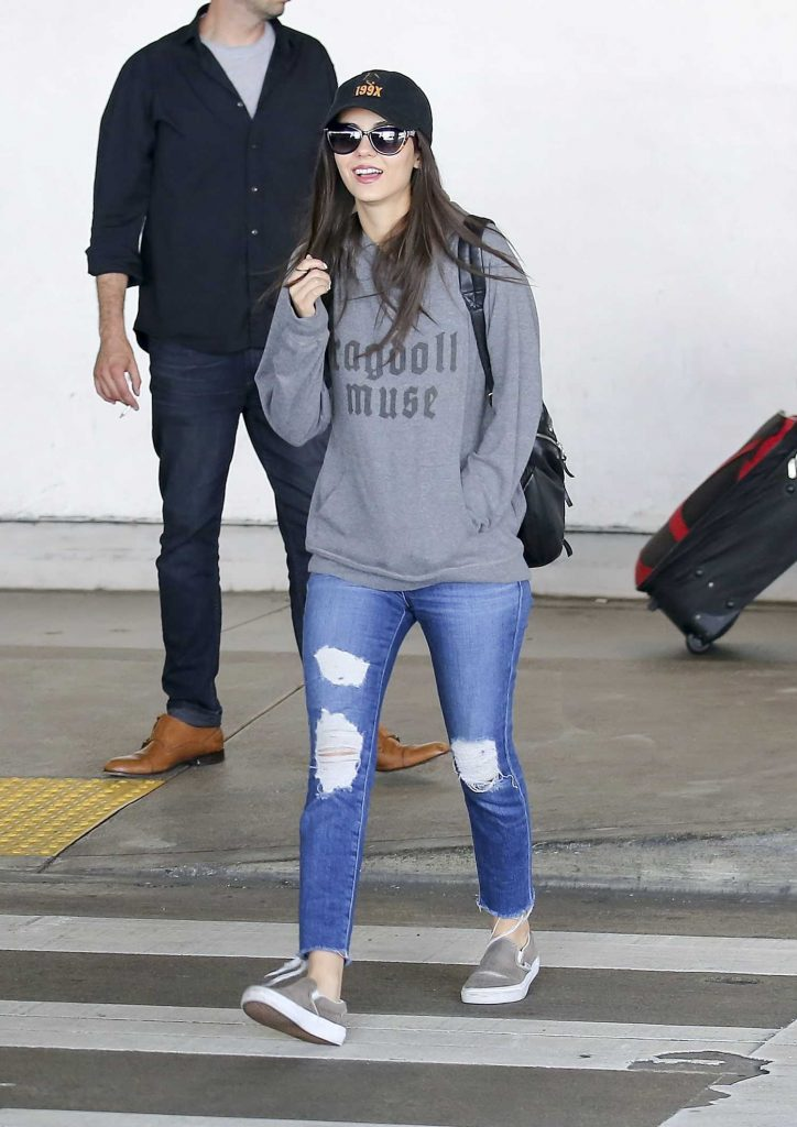 Victoria Justice Arrives from a Flight in Los Angeles-1