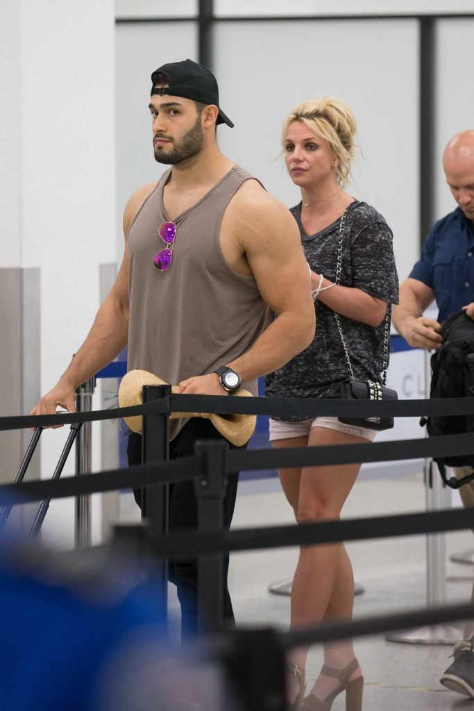 Britney Spears Leaves Miami Beach with Her Boyfriend Sam Asghari After a Romantic Weekend-3