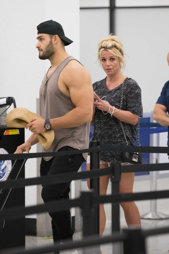 Britney Spears Leaves Miami Beach with Her Boyfriend Sam Asghari After a Romantic Weekend-4
