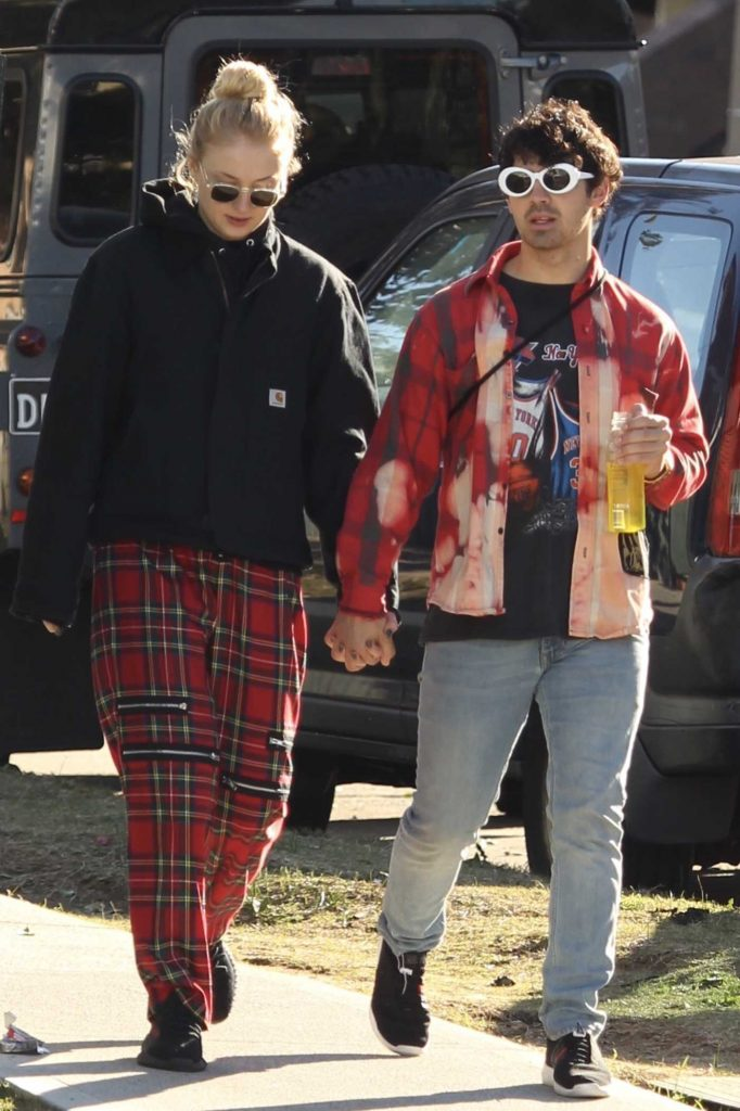 Sophie Turner Was Spotted with Joe Jonas Out in Bondi, Australia-4