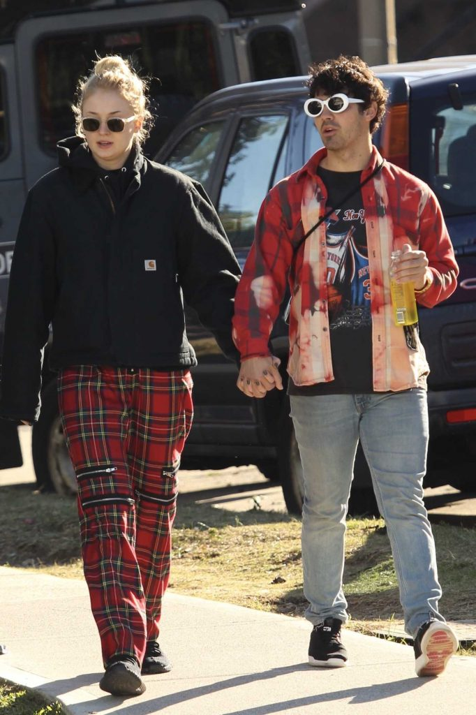 Sophie Turner Was Spotted with Joe Jonas Out in Bondi, Australia-5