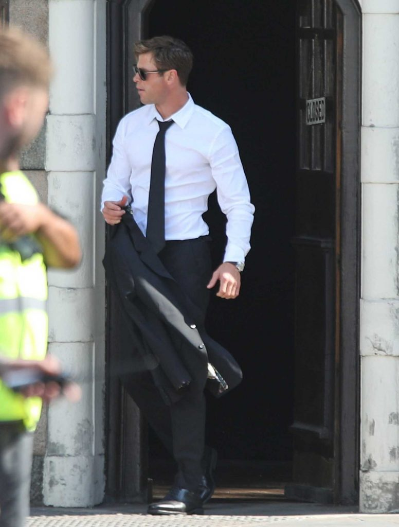Chris Hemsworth on the Set of New Men in Black in London-2