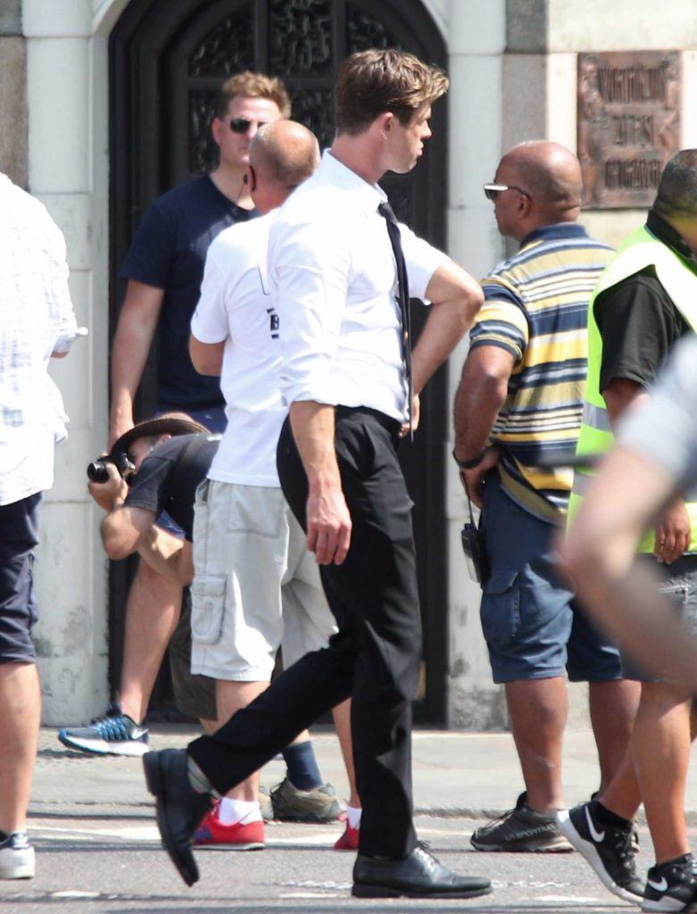 Chris Hemsworth on the Set of New Men in Black in London-4