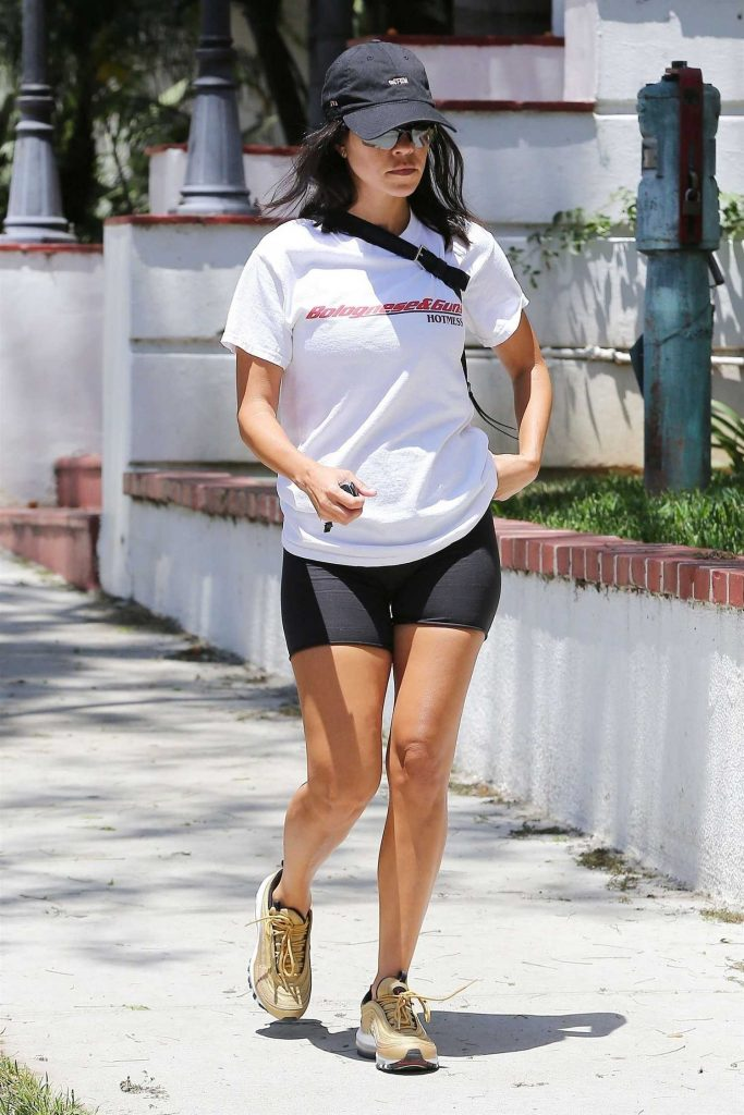 Kourtney Kardashian Stops by the Anastasia Salon in Beverly Hills-1